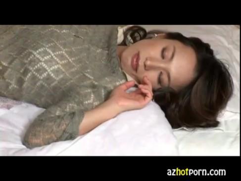 寝ているお母さんに悪戯しちゃう変態息子の無臭生動画